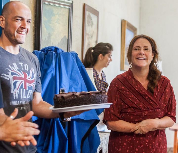 Elizabeth comemora no intervalo das gravações de 'Êta Mundo Bom' (Foto: Artur Meninea/Gshow)