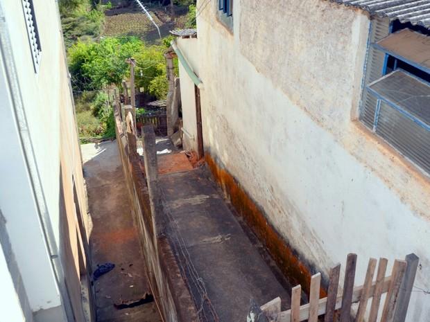 Mulher é morta e enterrada sob pia da cozinha em casa de Cristina (Foto: Luciano Lopes)