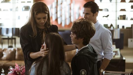 Alice revê os filhos, mas fica tensa com indireta de Vitor