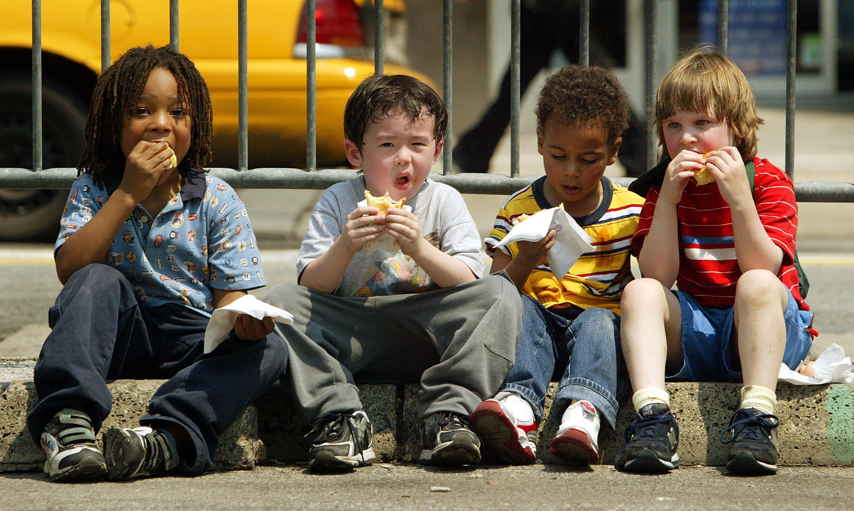 Crianças comendo. Hábitos alimentares podem estar relacionados à personalidade. (Foto: Getty Images/ Mario Tama)