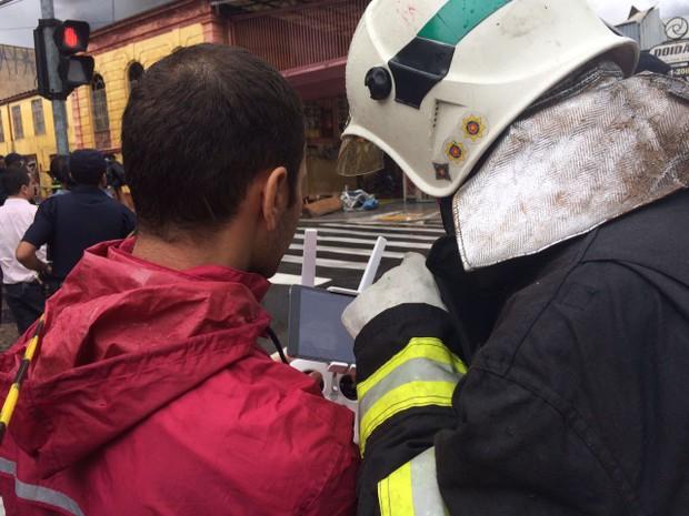 Corpo de Bombeiros auxiliando no local do incêndio (Foto: Roberta Steganha/ G1 )