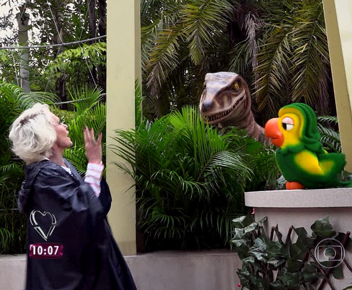 Ana Maria e Louro 'conversam' com dinossauro (Foto: TV Globo)