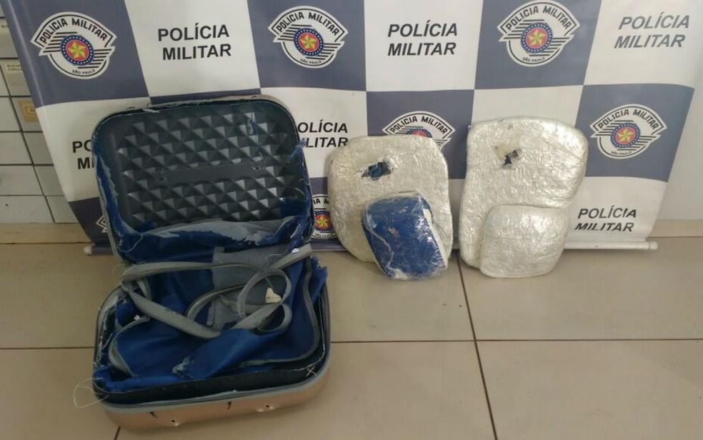 Mulher de 65 anos transportava droga para São Paulo em fundo falso de mala (Foto: Divulgação/Polícia Militar do Estado de São Paulo)