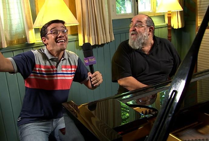 Marcão fez a vez de cantor e soltou a voz na beira do piano (Foto: Reprodução / TV TEM)