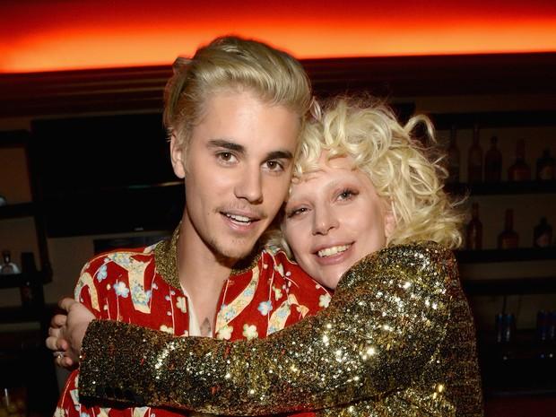 Justin Bieber e Lady Gaga em evento de moda em Los Angeles, nos Estados Unidos (Foto: Kevin Mazur/ Getty Images)