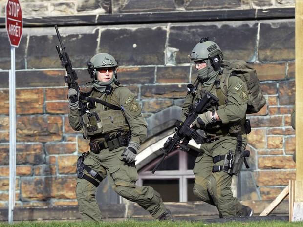 Polícia canadense inspeciona local onde ocorreu o tiroteio que atingiu um soldado em Ottawa (Foto: Adrian Wyld/The Canadian Press/AP)