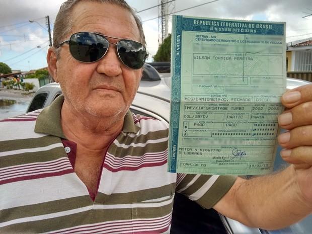 Wilson Formiga viajou de João Pessoa até a cidade de Formiga para emplacar seu carro (Foto: André Resende/G1)