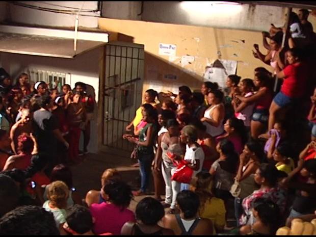 Familiares aguardavam na porta da Cadet por informações sobre presos. (Foto: César Hipólito/TV Mirante)