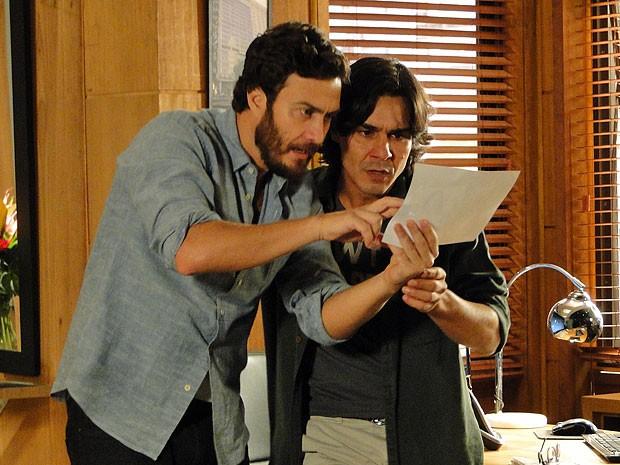 Rodrigo fica surpreso ao reconhecer Angélica na foto (Foto: Amor Eterno Amor/TV Globo)