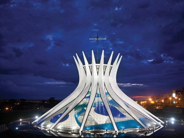 Vitrais da Catedral de Brasília são assinados por Marianne Peretti (Foto: Breno Laprovítera e Jarbas Jr / Divulgação)