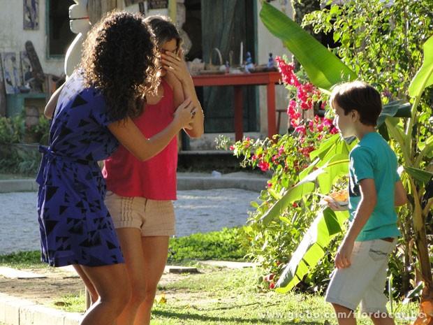 Ester passa mal durante passeio com Taís e Samuca (Foto: Flor do Caribe/TV Globo)