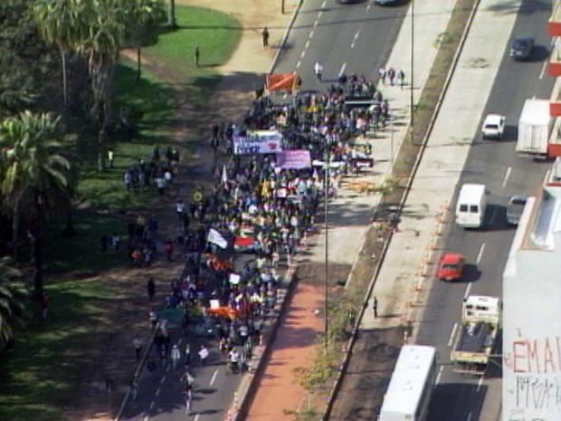 Manifestantes fazem protesto nesta quinta-feira em Porto Alegre (Foto: Reprodução/RBS TV)