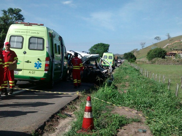 Equipe de socorro faz resgate das vítimas (Foto: Aline Souza/ TV Gazeta)