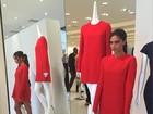 Victoria Beckham lança coleção de roupas em festa com famosos