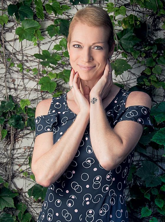 Recuperada de um câncer –   ela descobriu, por acaso, um nódulo no seio –, Laura Wie celebra o fato de seu cabelo voltar a crescer, três meses após o fim da quimioterapia (Foto: Leo Castro/ÉPOCA)
