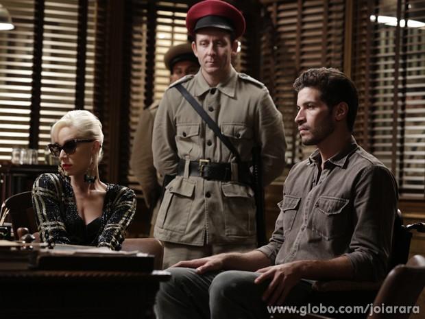 Aurora e Davi discutem com delegado e são presos (Foto: Fábio Rocha/TV Globo)