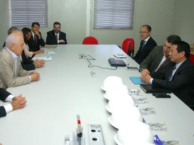 Ministro Manoel Dias (à esquerda) durante encontro com executivos da Chery em Jacareí nesta quarta-feira (8). (Foto: Renato Alves/Divulgação)