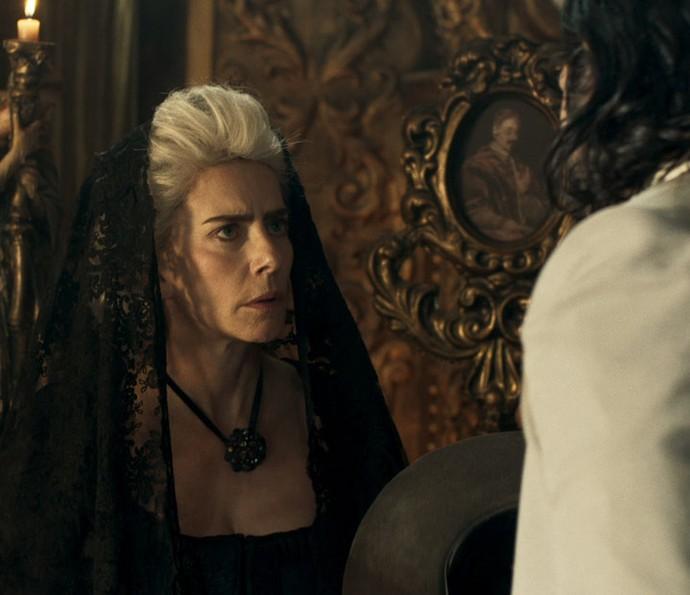 Tia de Joaquina fica nervosa e o vilão percebe (Foto: TV Globo)