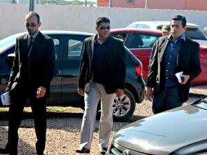 O vereador Jair Montes chegou na Delegacia Especializada em Apuração de Atos Infracionais (DEAAI) dirigindo o próprio veículo e acompanhado de três advogados (Foto: Taísa Arruda/G1)