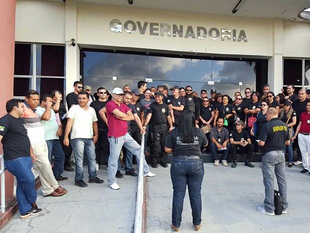Agentes protestaram em frente a entrada do prédio da Governadoria, no Centro Administrativo, em Natal (Foto: Divulgação/ Sindasp)