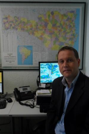 Leandro Puchalski, em sua estação de trabalho na capital (Foto: Luísa Konescki/RBS TV)