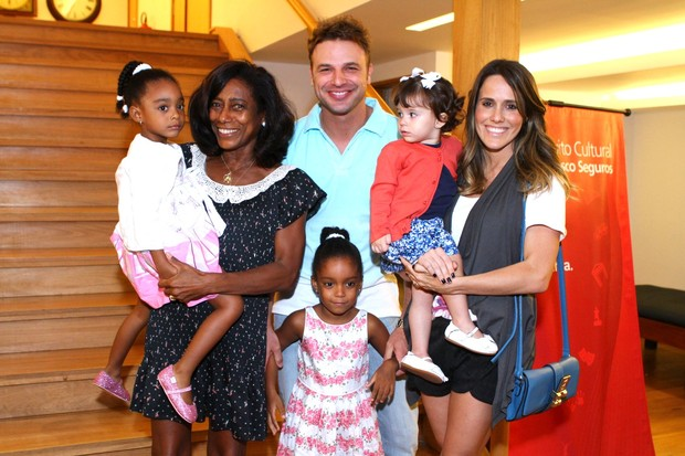 Glória Maria, com as filhas Laura e Maria, Cássio Reis, Fernanda Pontes e a filha Malu em teatro no Rio (Foto: RAPHAEL MESQUITA / FOTO RIO NEWS)