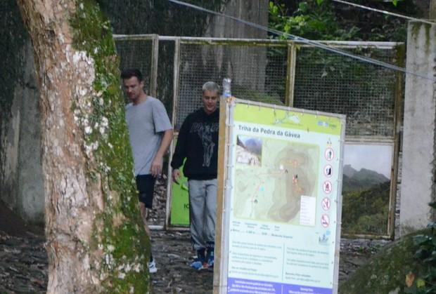 Justin Bieber saindo de trilha no Rio com amigo (Foto: AgNews / AgNews)