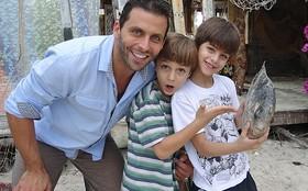 Henri Castelli se diverte com o filho Lucas nos bastidores de Flor do Caribe