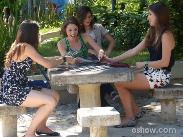 As meninas do funk não desistem e resolvem continuar com o show (Foto: Malhação / TV Globo)