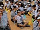 Por recorde, centenas escovam os dentes ao mesmo tempo na Índia
