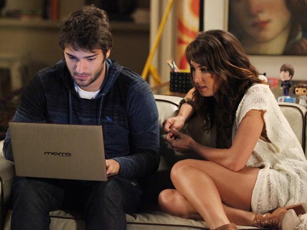 Davi ajuda a ex com programação (Foto: Carol Caminha/ TV Globo)