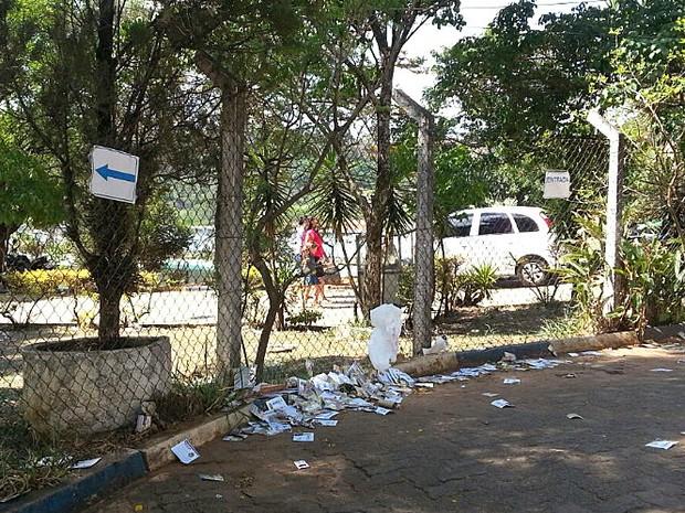 Sujeira de santinhos jogados no chão em São Carlos (Foto: Mariana Estevo/G1)