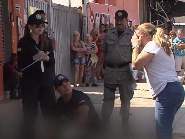 Filha se desespera ao encontrar a mãe morta após assalto em Goiânia, Goiás (Foto: Reprodução/ TV Anhanguera)