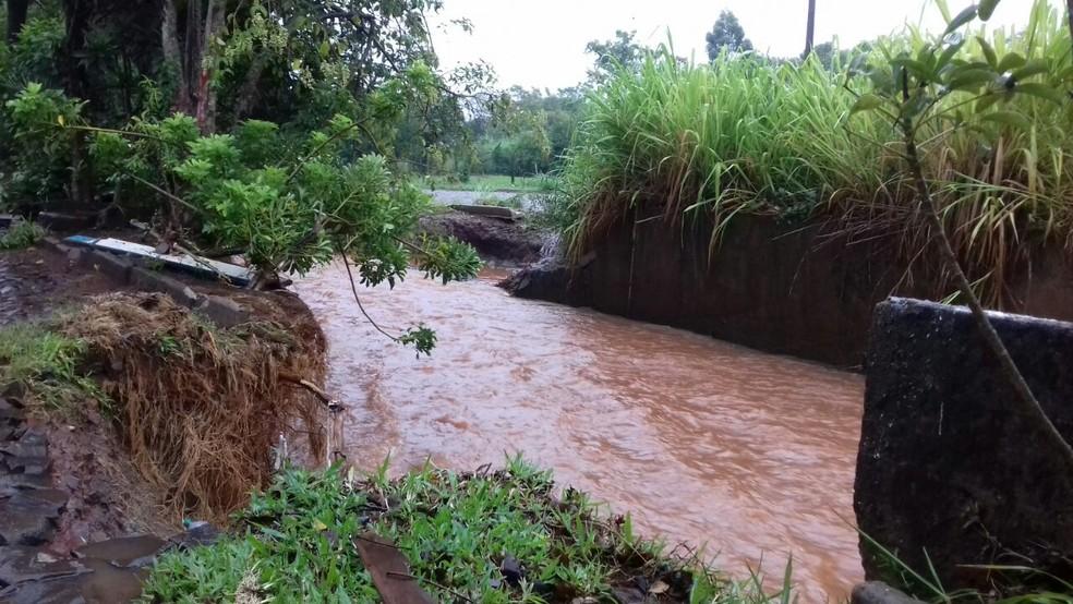 Rio Pessegueirinho transbordou com a forte chuva, mas nível já voltou ao normal (Foto: Maurício Rebellato/RBS TV)