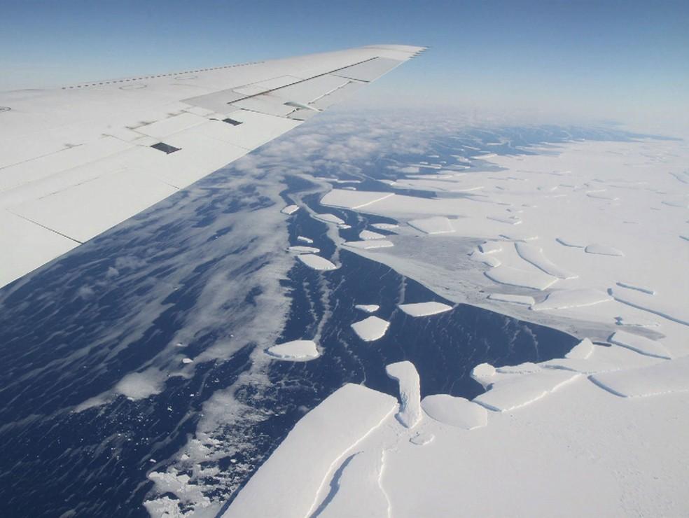 Iceberg gigante já vinha se desprendendo em velocidade acelerada (Foto: Reprodução/Bom Dia Brasil)