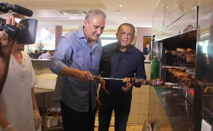 Tite e Galvão fazendo churrasco (Foto: Sidney Garambone)