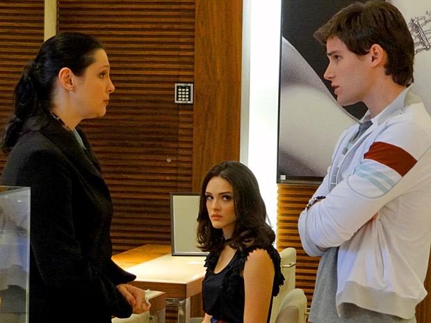 Cida acaba ouvindo Conrado negocioando o relógio com a vendedora (Foto: Cheias de Charme / TV Globo)