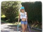 Karina Bacchi leva cachorros para passear e exibe abdômen sarado
