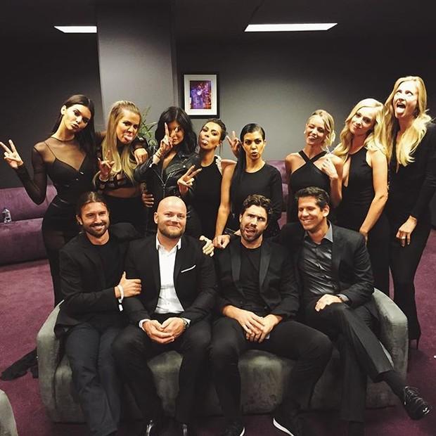 Kendall, Jenner, Khloe Kardashian, Kylie Jenner, Kim Kardashian e Kourtney Kardashian com Brody Jenner, Brandon Jenner e Burt Jenner em premiação em Los Angeles, nos Estados Unidos (Foto: Instagram/ Reprodução)