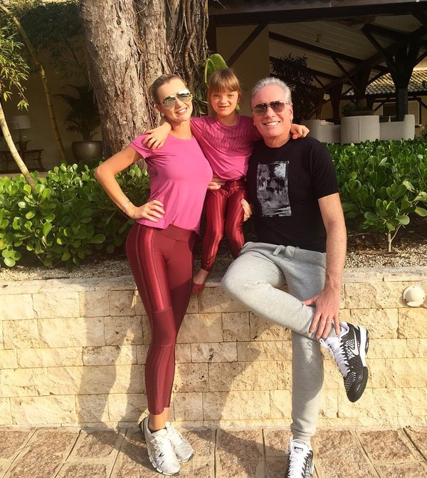 Ana Paula Siebert e Rafaella Justus usam looks iguais em passeio