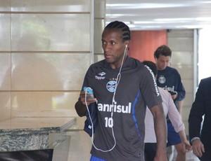 Zé Roberto tem dificuldades para conectar internet no hotel do Grêmio (Foto: Robson Stefani/RBS TV)