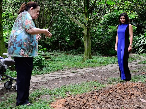 Ciça percebe a cova-rasa no jardim e chama a atenção de Aline (Foto: Ellen Soares / TV Globo)