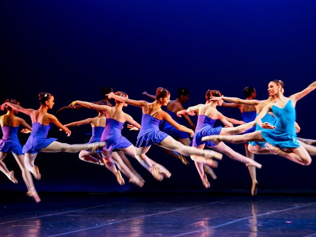 Alunos da Escola Estadual de Dança Maria Olenewa se apresentarão no domingo (17) (Foto: Júlia Ronái/ Theatro Municipal)