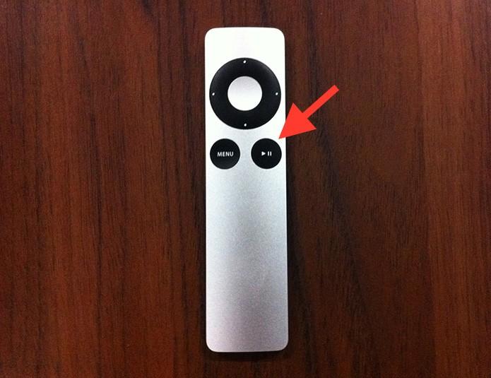 Mantendo o botão play/pause pressionado para hibernar a Apple TV (Foto: Reprodução/Marvin Costa)