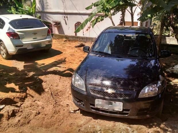 Carros roubados estavam escondidos em uma residência (Foto: Divulgação/ Polícia Civil)