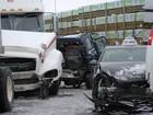 Engavetamento envolve quase cem veículos em estrada no Canadá