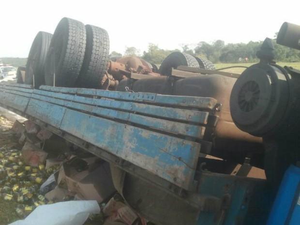 Carroceria ficou destruída (Foto: Adolfo Lima / TV TEM)