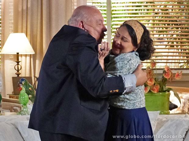 Dionísio até fica de pé para agarrar Maria Adília (Foto: Flor do Caribe / TV Globo)