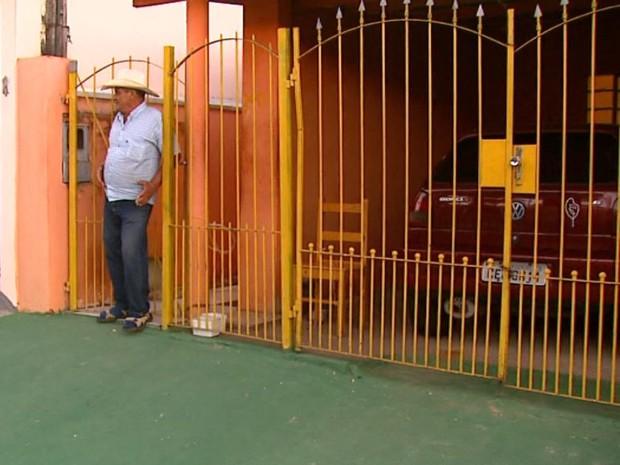 Morador de São Carlos pintou sua casa de verde e amarelo (Foto: Reginaldo dos Santos/EPTV)