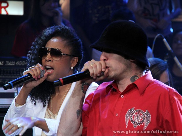 Negra Li canta a música 'Não é Sério' com a banda A Banca (Foto: TV Globo/Altas Horas)